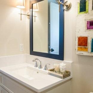 Ispirazione per una grande sauna classica con lavabo integrato, ante con riquadro incassato, WC monopezzo, piastrelle grigie, pareti arancioni, pavimento con piastrelle in ceramica e ante bianche