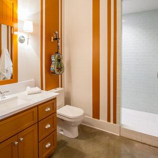 Ispirazione per una grande sauna classica con lavabo integrato, ante con riquadro incassato, ante arancioni, WC monopezzo, piastrelle grigie, pareti arancioni e pavimento con piastrelle in ceramica
