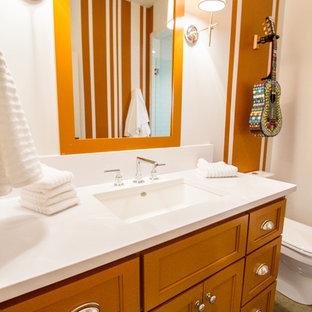 Immagine di una grande sauna classica con lavabo integrato, ante con riquadro incassato, ante arancioni, WC monopezzo, piastrelle grigie, pareti arancioni e pavimento con piastrelle in ceramica