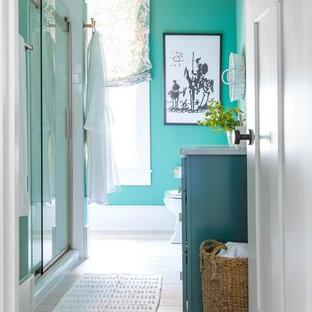 Ispirazione per una stanza da bagno con doccia classica di medie dimensioni con ante in stile shaker, ante turchesi, pareti verdi, parquet chiaro, lavabo sottopiano, top in marmo e pavimento bianco