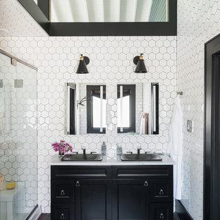Ispirazione per una stanza da bagno con doccia chic con ante con riquadro incassato, ante nere, doccia alcova, piastrelle bianche, pareti nere, lavabo da incasso e porta doccia a battente
