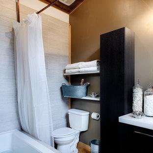 Ispirazione per una grande stanza da bagno padronale stile rurale con ante lisce, ante marroni, vasca ad angolo, vasca/doccia, WC monopezzo, piastrelle bianche, piastrelle in ceramica, pareti beige, pavimento in bambù, lavabo sospeso, top in vetro riciclato e pavimento marrone