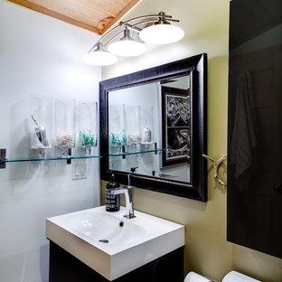 Foto de cuarto de baño infantil, rural, grande, con armarios con paneles lisos, puertas de armario marrones, bañera esquinera, combinación de ducha y bañera, sanitario de una pieza, baldosas y/o azulejos blancos, baldosas y/o azulejos de cerámica, paredes beige, suelo de bambú, lavabo suspendido, encimera de vidrio reciclado y suelo marrón