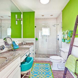 Ispirazione per una stanza da bagno costiera con lavabo sottopiano, ante con riquadro incassato, ante bianche, doccia alcova, WC a due pezzi e piastrelle bianche