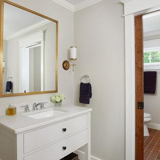 Неиссякаемый источник вдохновения для домашнего уюта: ванная комната среднего размера в морском стиле с плоскими фасадами, белыми фасадами, серыми стенами, полом из керамической плитки, врезной раковиной, столешницей из искусственного кварца, красным полом и белой столешницей