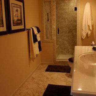 На фото: ванная комната среднего размера в классическом стиле с душем в нише, бежевыми стенами, мраморным полом, душевой кабиной, монолитной раковиной, разноцветным полом и душем с распашными дверями