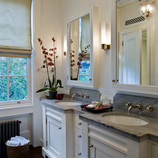 Foto de cuarto de baño principal, tradicional, grande, con puertas de armario blancas, paredes blancas, suelo de madera oscura, encimeras grises, armarios estilo shaker, lavabo bajoencimera, encimera de esteatita y suelo marrón