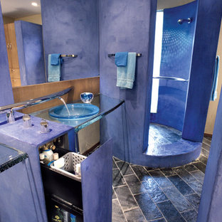 Immagine di una grande stanza da bagno con doccia minimalista con ante blu, doccia aperta, pavimento in ardesia, lavabo da incasso, top in vetro e pareti blu