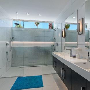 Foto de cuarto de baño retro con lavabo integrado, armarios con paneles lisos, puertas de armario de madera en tonos medios, ducha doble y baldosas y/o azulejos blancos