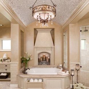 Ispirazione per una grande stanza da bagno padronale tradizionale con piastrelle a mosaico, ante a filo, ante beige, vasca da incasso, piastrelle beige, pareti beige, pavimento in travertino e pavimento beige