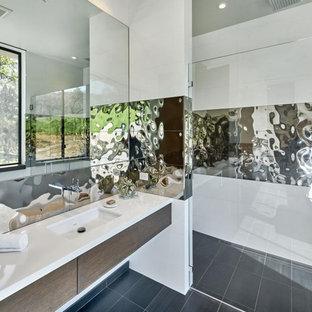 Großes Modernes Badezimmer En Suite mit flächenbündigen Schrankfronten, dunklen Holzschränken, Duschnische, weißen Fliesen, Spiegelfliesen, weißer Wandfarbe, Unterbauwaschbecken, grauem Boden, Falttür-Duschabtrennung und Porzellan-Bodenfliesen in Los Angeles
