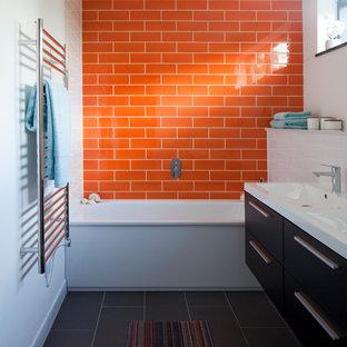 Aménagement d'une salle de bain contemporaine avec un sol gris.