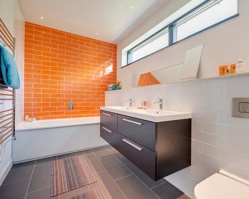 Badezimmer mit orangefarbenen fliesen design ideen for Orange and blue bathroom designs