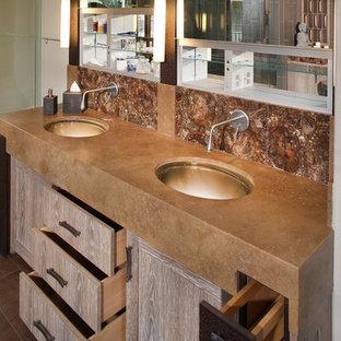 На фото: главная ванная комната среднего размера в восточном стиле с плоскими фасадами, искусственно-состаренными фасадами, разноцветной плиткой, керамической плиткой, бежевыми стенами, паркетным полом среднего тона, врезной раковиной, столешницей из меди и коричневым полом с