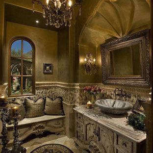 Esempio di un'ampia stanza da bagno padronale mediterranea con ante lisce, ante in legno chiaro, vasca idromassaggio, doccia doppia, WC monopezzo, piastrelle beige, piastrelle in pietra, pareti beige, pavimento in travertino, lavabo integrato e top piastrellato