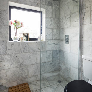Kleines Klassisches Duschbad mit offener Dusche, Wandtoilette mit Spülkasten, grauen Fliesen, Keramikfliesen, grauer Wandfarbe, Keramikboden, Sockelwaschbecken, grauem Boden und offener Dusche in London