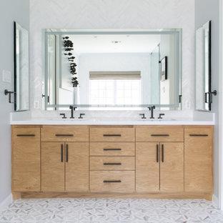 Mittelgroßes Klassisches Badezimmer En Suite mit freistehender Badewanne, Nasszelle, Toilette mit Aufsatzspülkasten, Mosaik-Bodenfliesen, Unterbauwaschbecken, Falttür-Duschabtrennung, flächenbündigen Schrankfronten, hellen Holzschränken, grauer Wandfarbe, grauem Boden, weißer Waschtischplatte, Doppelwaschbecken und eingebautem Waschtisch in San Francisco