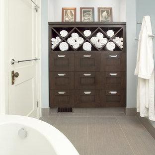 Foto de cuarto de baño tradicional renovado con bañera esquinera, puertas de armario de madera en tonos medios, encimera de madera, baldosas y/o azulejos grises, baldosas y/o azulejos de porcelana, suelo de baldosas de porcelana y armarios estilo shaker