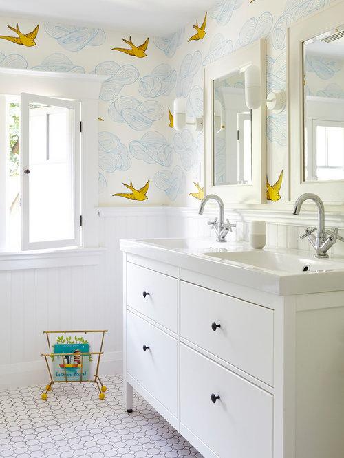 immagine di una stanza da bagno per bambini classica di medie dimensioni con ante lisce