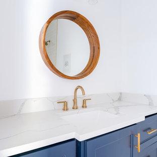 Ejemplo de cuarto de baño infantil, actual, con armarios estilo shaker, puertas de armario azules, bañera encastrada, combinación de ducha y bañera, baldosas y/o azulejos blancos, baldosas y/o azulejos de cemento, paredes blancas, suelo con mosaicos de baldosas, lavabo bajoencimera, encimera de cuarzo compacto, suelo blanco, ducha abierta y encimeras blancas