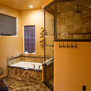 Diseño de cuarto de baño principal, clásico renovado, de tamaño medio, con armarios con paneles empotrados, puertas de armario de madera clara, bañera encastrada, ducha esquinera, baldosas y/o azulejos marrones, baldosas y/o azulejos de cerámica, paredes marrones, suelo de baldosas de porcelana, encimera de terrazo, suelo marrón, ducha con puerta con bisagras y lavabo bajoencimera