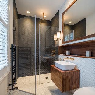 На фото: ванные комнаты среднего размера в современном стиле с плоскими фасадами, коричневыми фасадами, открытым душем, черно-белой плиткой, настольной раковиной, белым полом, душем с распашными дверями, инсталляцией, белыми стенами, столешницей из дерева и коричневой столешницей