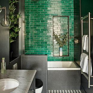 ロンドンの中サイズのコンテンポラリースタイルのおしゃれなバスルーム (浴槽なし) (シェーカースタイル扉のキャビネット、ドロップイン型浴槽、段差なし、壁掛け式トイレ、緑のタイル、セメントタイル、磁器タイルの床、大理石の洗面台、マルチカラーの床、白い洗面カウンター、黒いキャビネット、黒い壁、アンダーカウンター洗面器、オープンシャワー) の写真
