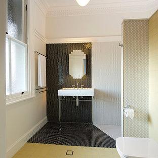 Foto di una stanza da bagno padronale moderna con ante di vetro, WC a due pezzi, pistrelle in bianco e nero, piastrelle in ceramica, pareti bianche, pavimento con piastrelle in ceramica, lavabo a colonna e pavimento giallo