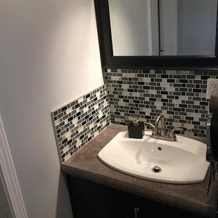 Kleines Modernes Badezimmer mit Schrankfronten im Shaker-Stil, schwarzen Schränken, Wandtoilette mit Spülkasten, schwarz-weißen Fliesen, Fliesen aus Glasscheiben, grauer Wandfarbe, Betonboden, Einbauwaschbecken und Beton-Waschbecken/Waschtisch in Sonstige