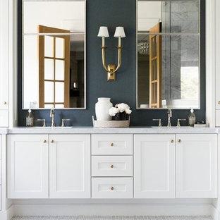 Ejemplo de cuarto de baño principal, clásico, grande, con armarios estilo shaker, puertas de armario blancas, paredes azules, suelo blanco, encimeras grises, suelo con mosaicos de baldosas y lavabo bajoencimera