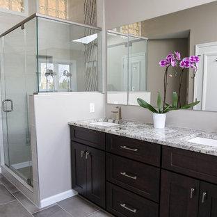 На фото: большая ванная комната в современном стиле с фасадами в стиле шейкер, темными деревянными фасадами, угловым душем, бежевой плиткой, серой плиткой, белой плиткой, удлиненной плиткой, бежевыми стенами, полом из керамогранита, врезной раковиной и столешницей из гранита