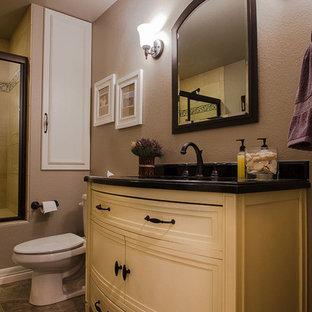 Inspiration pour une douche en alcôve traditionnelle de taille moyenne avec un placard en trompe-l'oeil, des portes de placard jaunes, un WC séparé, un mur marron, un sol en ardoise, un lavabo encastré et un plan de toilette en granite.