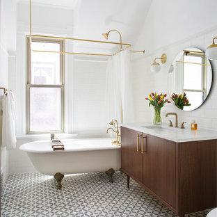 Diseño de cuarto de baño principal, clásico, pequeño, con armarios tipo mueble, puertas de armario marrones, bañera con patas, combinación de ducha y bañera, baldosas y/o azulejos blancos, baldosas y/o azulejos de cemento, paredes blancas, encimera de mármol, suelo gris, ducha con cortina, encimeras blancas y lavabo bajoencimera