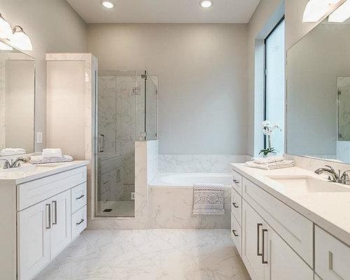 Kleines Klassisches Duschbad Mit Schrankfronten Im Shaker Stil, Weißen  Schränken, Whirlpool, Eckdusche