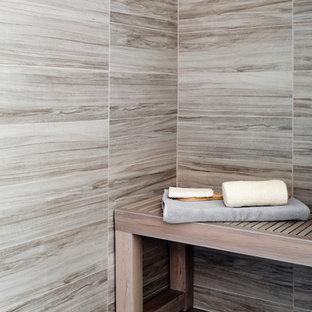 Immagine di una grande stanza da bagno moderna con ante lisce, ante in legno chiaro, vasca freestanding, doccia alcova, WC monopezzo, piastrelle grigie, piastrelle in ceramica, pareti grigie, parquet chiaro, lavabo da incasso, top alla veneziana, pavimento marrone e porta doccia scorrevole