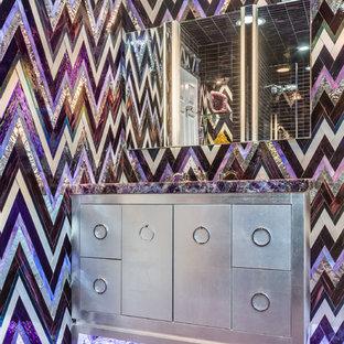 Modelo de cuarto de baño infantil, minimalista, de tamaño medio, con armarios con paneles lisos, puertas de armario grises, ducha empotrada, baldosas y/o azulejos de vidrio, paredes púrpuras, suelo de mármol, encimera de cuarcita, suelo violeta, ducha con puerta con bisagras y encimeras moradas