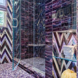 Inspiration för mellanstora moderna lila badrum för barn, med släta luckor, grå skåp, en dusch i en alkov, glaskakel, lila väggar, marmorgolv, bänkskiva i kvartsit, lila golv och dusch med gångjärnsdörr