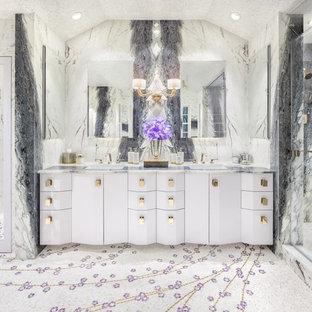 Diseño de cuarto de baño principal, minimalista, extra grande, con armarios tipo mueble, puertas de armario blancas, bañera encastrada sin remate, ducha empotrada, sanitario de una pieza, baldosas y/o azulejos blancos, baldosas y/o azulejos de mármol, paredes blancas, suelo de mármol, lavabo bajoencimera, encimera de cuarcita, suelo blanco, ducha con puerta con bisagras y encimeras moradas