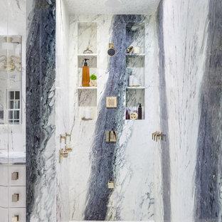 На фото: класса люкс огромные главные ванные комнаты в стиле модернизм с фасадами островного типа, белыми фасадами, полновстраиваемой ванной, душем в нише, унитазом-моноблоком, белой плиткой, мраморной плиткой, белыми стенами, мраморным полом, врезной раковиной, столешницей из кварцита, белым полом, душем с распашными дверями и фиолетовой столешницей