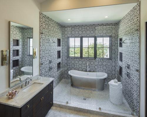 Salle de bain avec un sol en galet et un carrelage noir et blanc ...