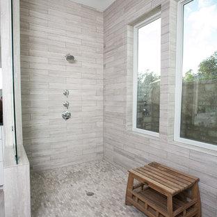 Bild på ett stort lantligt en-suite badrum, med skåp i shakerstil, vita skåp, ett fristående badkar, en öppen dusch, en toalettstol med hel cisternkåpa, grå kakel, kakelplattor, beige väggar, kalkstensgolv, ett undermonterad handfat, granitbänkskiva, grått golv och med dusch som är öppen
