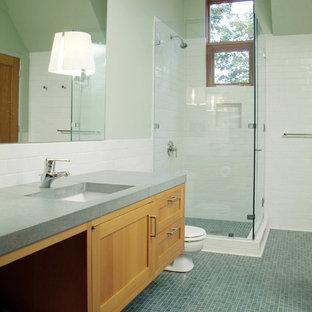 Свежая идея для дизайна: большая главная ванная комната в стиле рустика с плиткой мозаикой, синей плиткой, столешницей из бетона, синим полом, фасадами с утопленной филенкой, светлыми деревянными фасадами, угловым душем, раздельным унитазом, зелеными стенами, врезной раковиной, душем с распашными дверями и зеленой столешницей - отличное фото интерьера
