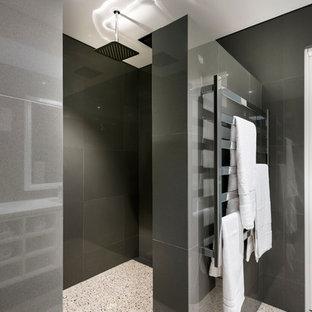 Foto de cuarto de baño principal, moderno, de tamaño medio, con armarios con paneles lisos, puertas de armario blancas, ducha empotrada, suelo de cemento, lavabo bajoencimera, encimera de cuarzo compacto y baldosas y/o azulejos grises