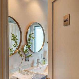 Immagine di una stanza da bagno contemporanea di medie dimensioni con ante lisce, ante in legno scuro, vasca ad alcova, WC a due pezzi, piastrelle blu, piastrelle a mosaico, pareti bianche, pavimento in cemento, lavabo rettangolare, top piastrellato, pavimento grigio e doccia con tenda