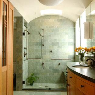 Idee per una stanza da bagno stile americano con ante in legno chiaro, doccia alcova, piastrelle verdi, piastrelle in pietra, pareti bianche, pavimento in pietra calcarea e top in pietra calcarea