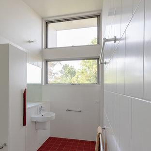 Ejemplo de cuarto de baño principal, moderno, de tamaño medio, con armarios con paneles lisos, puertas de armario blancas, baldosas y/o azulejos blancos, baldosas y/o azulejos de porcelana, suelo de baldosas de porcelana, encimera de cuarzo compacto, suelo rojo y encimeras blancas