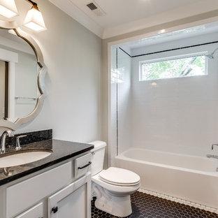 Ispirazione per una stanza da bagno american style di medie dimensioni con lavabo sottopiano, ante in stile shaker, ante bianche, top in granito, vasca ad alcova, doccia alcova, WC a due pezzi, piastrelle nere, piastrelle in ceramica, pareti grigie e pavimento con piastrelle in ceramica