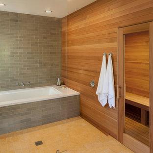 Imagen de cuarto de baño principal, moderno, grande, con bañera empotrada, ducha a ras de suelo, baldosas y/o azulejos grises, baldosas y/o azulejos de cemento, paredes marrones y suelo de baldosas de cerámica