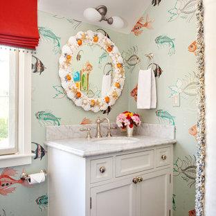 Stilmix Kinderbad mit Unterbauwaschbecken, Schrankfronten im Shaker-Stil, weißen Schränken und bunten Wänden in San Francisco