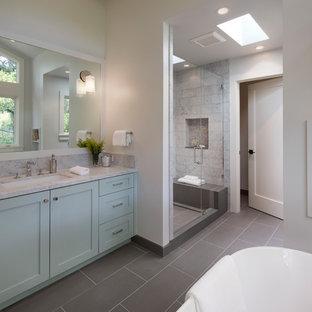 Idéer för mellanstora vintage en-suite badrum, med skåp i shakerstil, gröna skåp, ett fristående badkar, en dusch i en alkov, en toalettstol med hel cisternkåpa, vit kakel, marmorkakel, vita väggar, klinkergolv i porslin, ett undermonterad handfat, marmorbänkskiva, grått golv och dusch med gångjärnsdörr